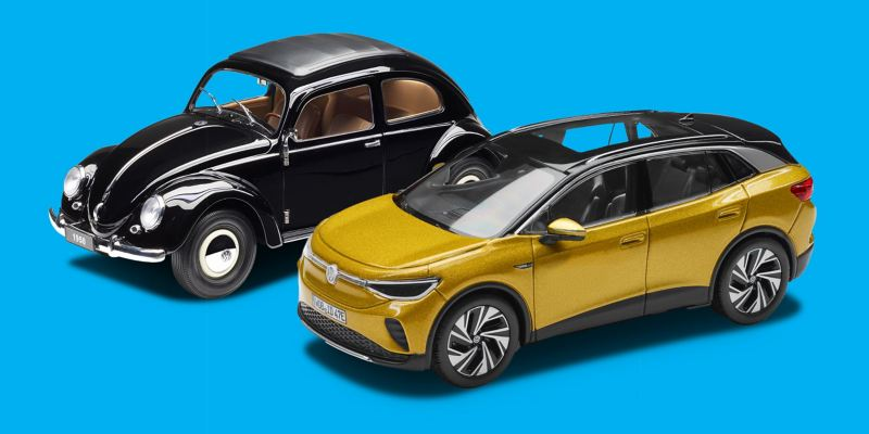 Miniatures des Accessoires Volkswagen : une VW Coccinelle noire de 1950 et l'ID.4 en Honey Yellow