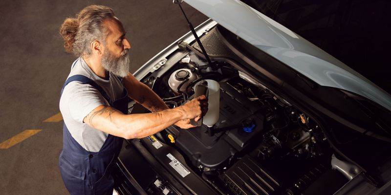 An oil change in the workshop – stay mobile with the right oil