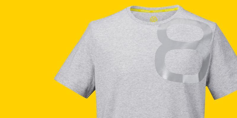 Un t-shirt gris dans le style Golf 8 avec le monogramme Volkswagen et un 8 brillant imprimé dessus