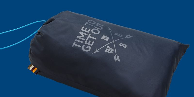 Un sac bleu foncé avec cordon bleu, rose des vents et imprimé « Time to get out » sur le devant – Produits dérivés VW