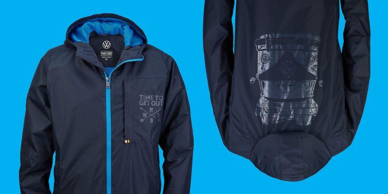Veste bleu foncé avec détails bleus, slogan sur la poche de poitrine et imprimé représentant le T1 dans le dos