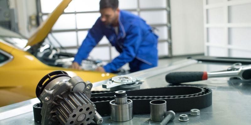 Un mécanicien s'affaire à réparer une Volkswagen