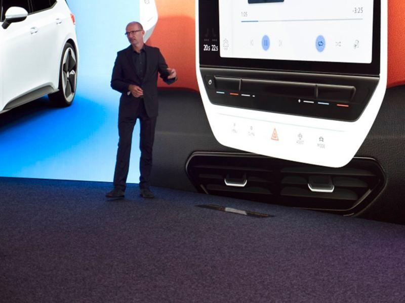 Klaus Zyciora Bischoff, responsabile del design del gruppo Volkswagen, illustra la tecnologia di bordo di Volkswagen ID.3.