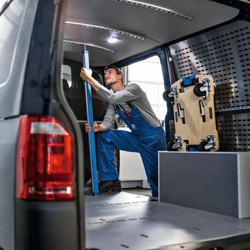 Uno specialista Volkswagen esegue la manutenzione del veicolo di un cliente che ha scelto il pacchetto WeCare.