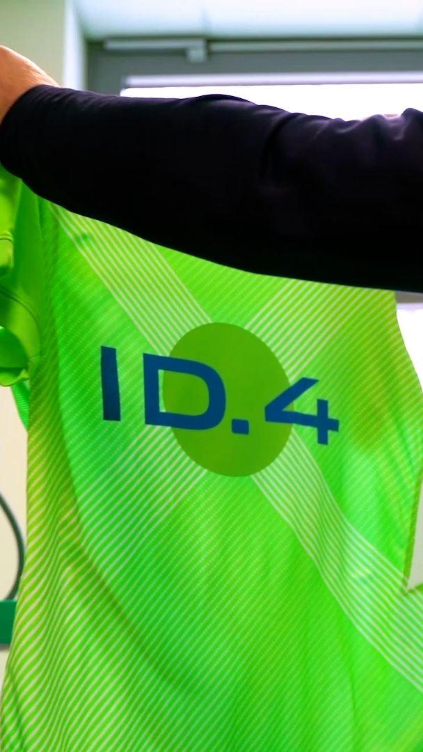 Wolfsburg setzt mit ID.4 Sondertrikot ein Zeichen für E-Mobilität