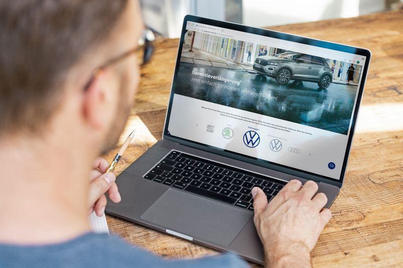 Mann freut sich über Anschlussgarantie für seinen Volkswagen