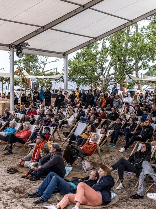 Photo aérienne du VW California Festival, vue sur les gens en transat