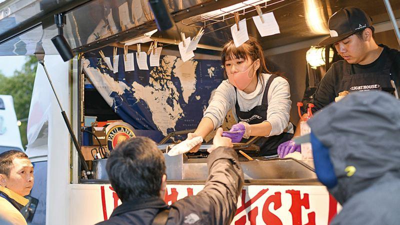 車主露營活動現場紀錄照,民眾在品牌安排的活動餐車前取餐