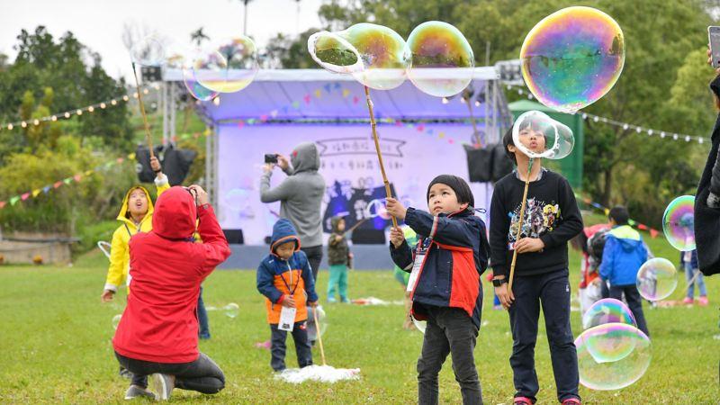 車主露營活動現場紀錄照,品牌安排專業吹泡泡人,帶領小朋友在草地上玩吹泡泡遊戲