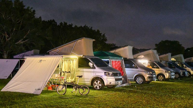 California在露營地上並排停好,每台車都掀起車頂帳,並在側帳上多搭了延伸的布幕,增加側帳遮蔽性,車主也在車側加裝燈條,夜間照明充分