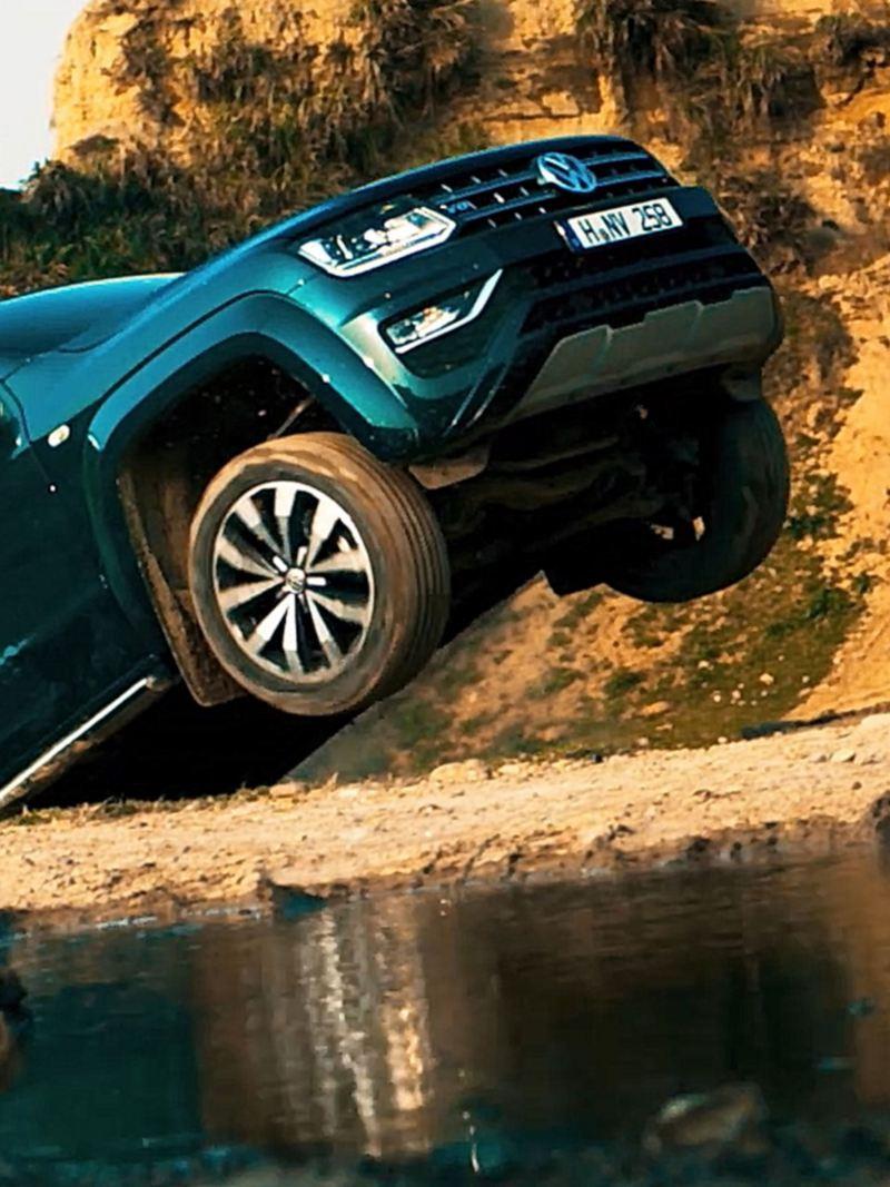 Amarok V6廣告的一幕,深藍色Amarok 從山坡下衝出路面
