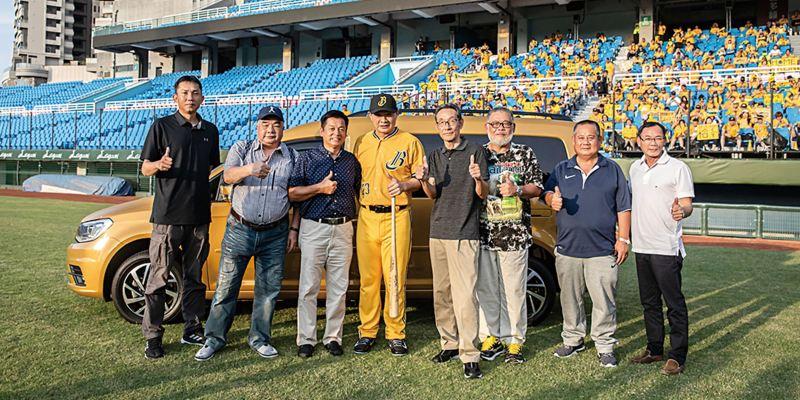 拍片現場為代言人恰恰彭政閔安排的驚喜橋段,找來他棒球生涯中的7位貴人現身,為他即將引退的事件送上鼓勵與祝福,連同恰恰8個人站在金色Caddy Maxi前方合照