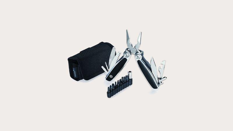 ,結合瑞士摺疊小刀及鉗子的多功能隨身工具,附有各種不同螺絲孔接頭可替換