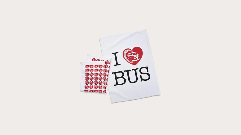 兩條白色茶巾,一條印有 I ♥ Bus 圖樣、另一條則是滿版愛心圖樣