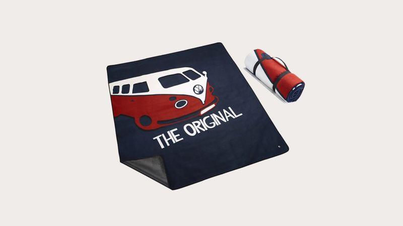 深藍色野餐墊,印有T1車圖樣,餐墊可捲起並附提手方便攜帶