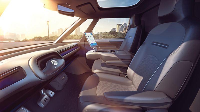 概念車駕駛艙內裝情境圖,方向盤可自動收合至中空儀表內,讓駕駛艙擁有不受干擾的完整視野,中央儀表位置調整至中央扶手升起的大型面板上,可輕鬆閱讀地圖圖資