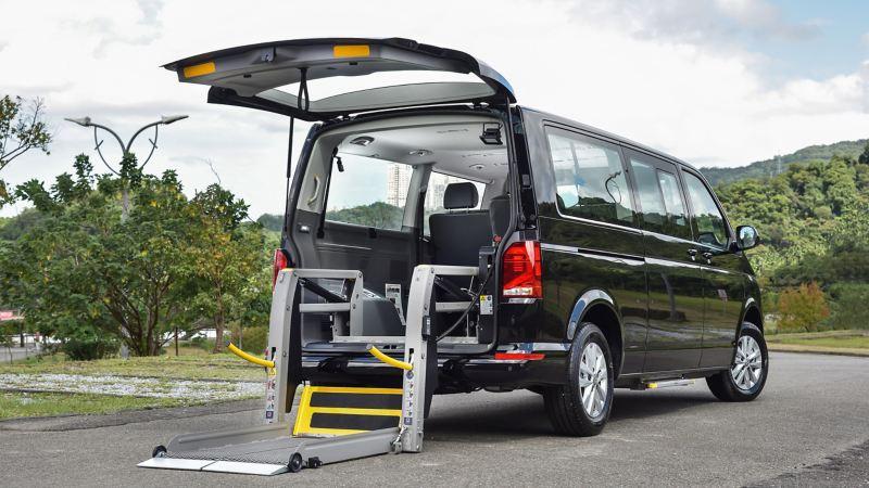 黑色T6.1 Caravelle福祉車,後車廂加裝輪椅升降梯,方便行動不便者上下車