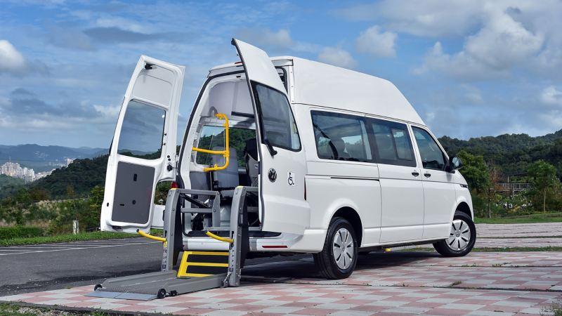 白色T6.1 Kombi福祉車是國內唯一高頂復康巴士,後車廂加裝輪椅升降梯,方便行動不便者上下車