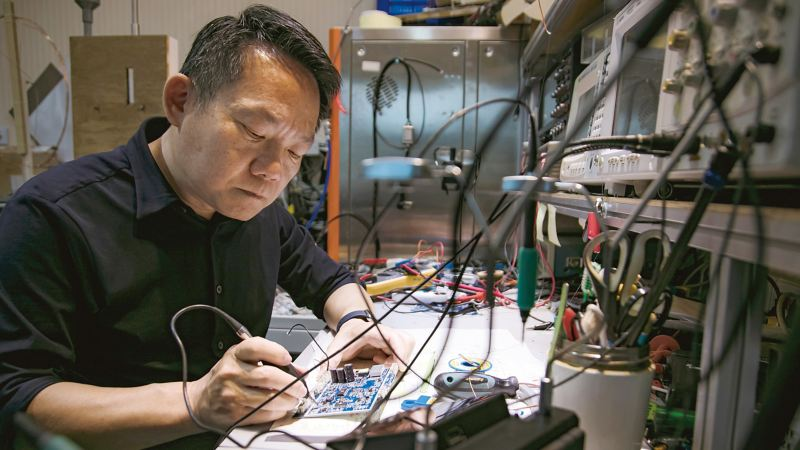 車主王立謙正在檢查電路板相關的工作