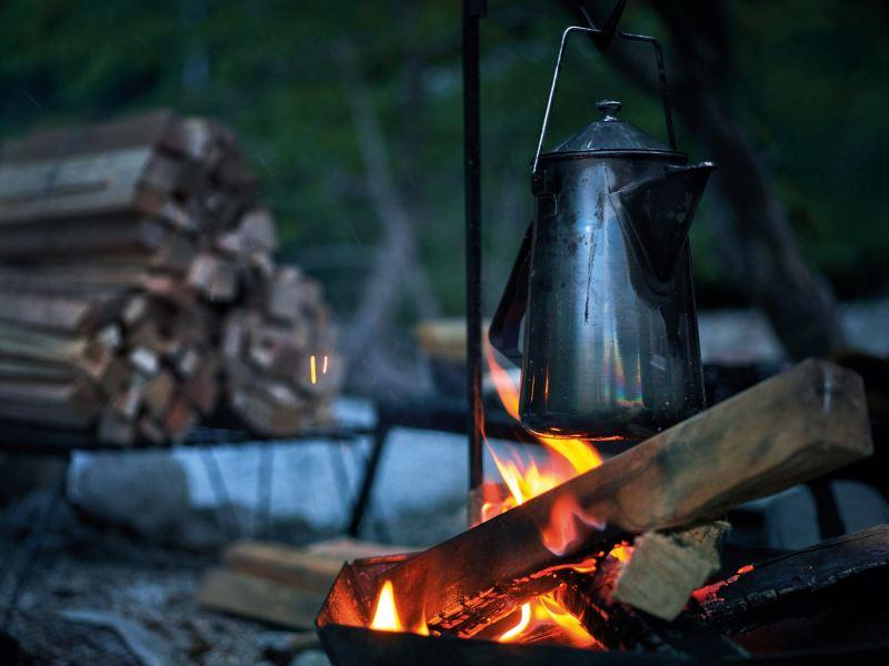火燒著木柴煮水