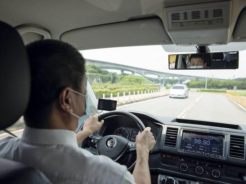 洪老闆的領導風格帶人又帶 心,車隊司機調動率甚低。