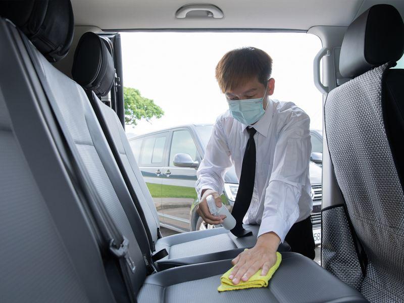 在洪老闆的堅持下,從司機服裝、清潔都有固定程序,就 是為了給乘車者最優質舒適的服務。
