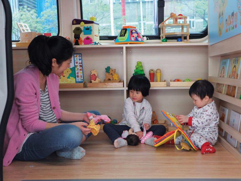 台灣玩具圖書館協會將福斯商旅 Crafter  內裝改造為玩具空間, 孩子們可以在車內盡情玩樂。