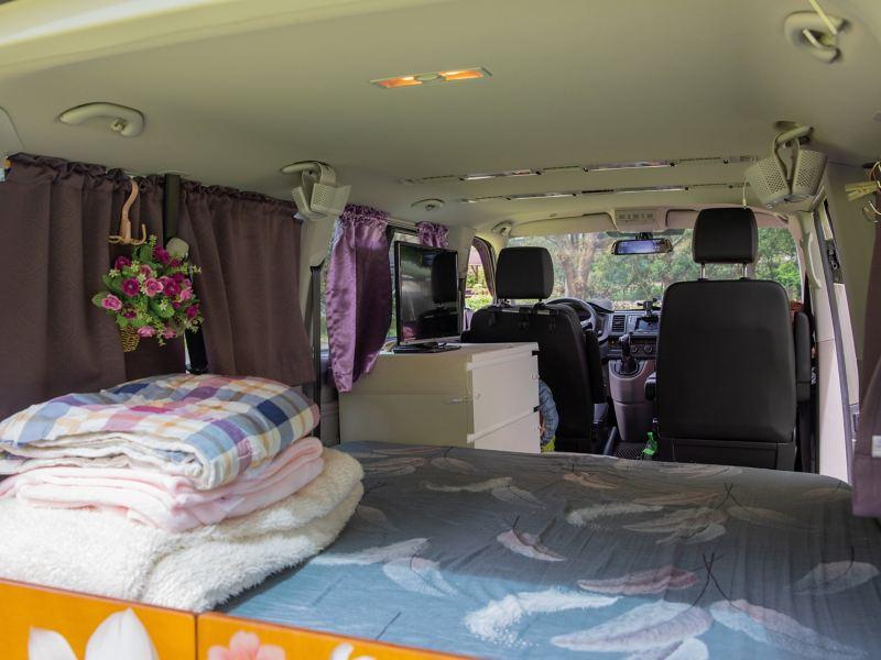 T6 Caravelle 的大空間,讓黃建通可在後座放置雙人床墊,甚至連衣櫃都能輕鬆放入。