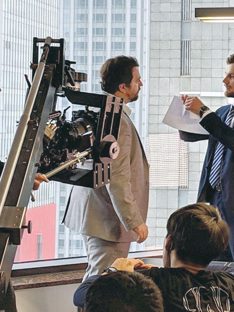 Amarok V6廣告拍攝現場紀錄,正在拍攝男主角與配角對戲,男主角準備撕掉手上的紙