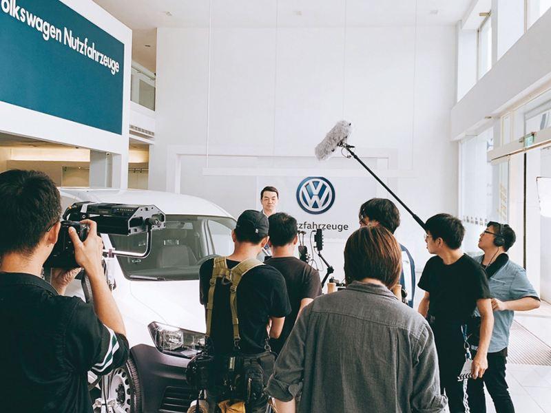 Caddy Van廣告拍攝現場紀錄照片,從導演、攝影師、收音師背後往鏡頭前的代言人Ralf邱彥翔拍