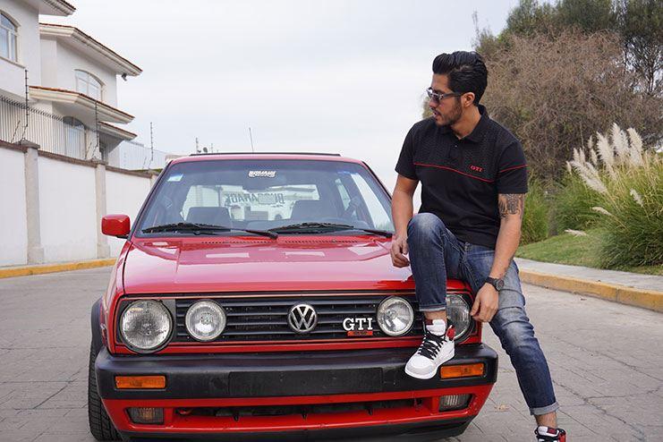 Alex sobre un Golf GTI antiguo rojo