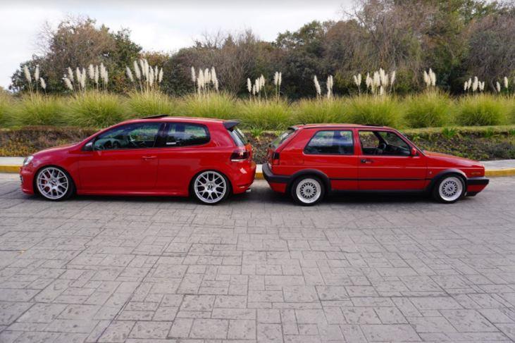Foto lateral de Golf GTI rojo antiguo y Golf GTI rojo de sexta generación.