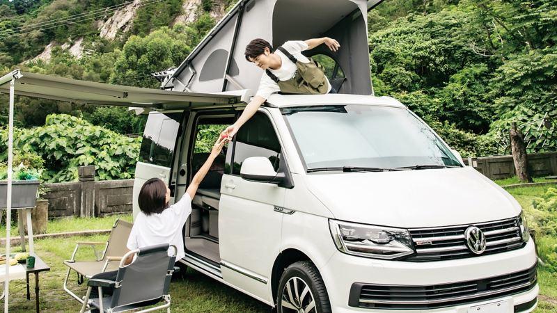 宥勝在車頂帳篷老婆坐在車外的桌子互相對望