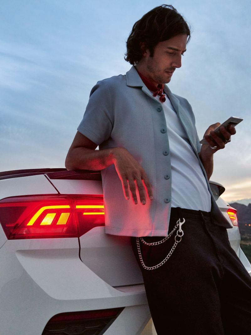 Kierowca opiera się o swojego Volkswagena z gwarancją mobilności