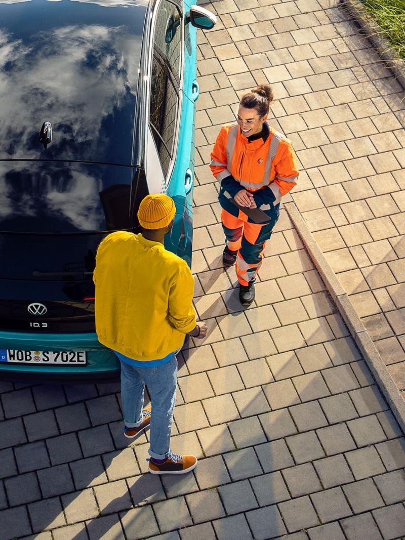 Pracownik serwisu VW pomaga przy awarii
