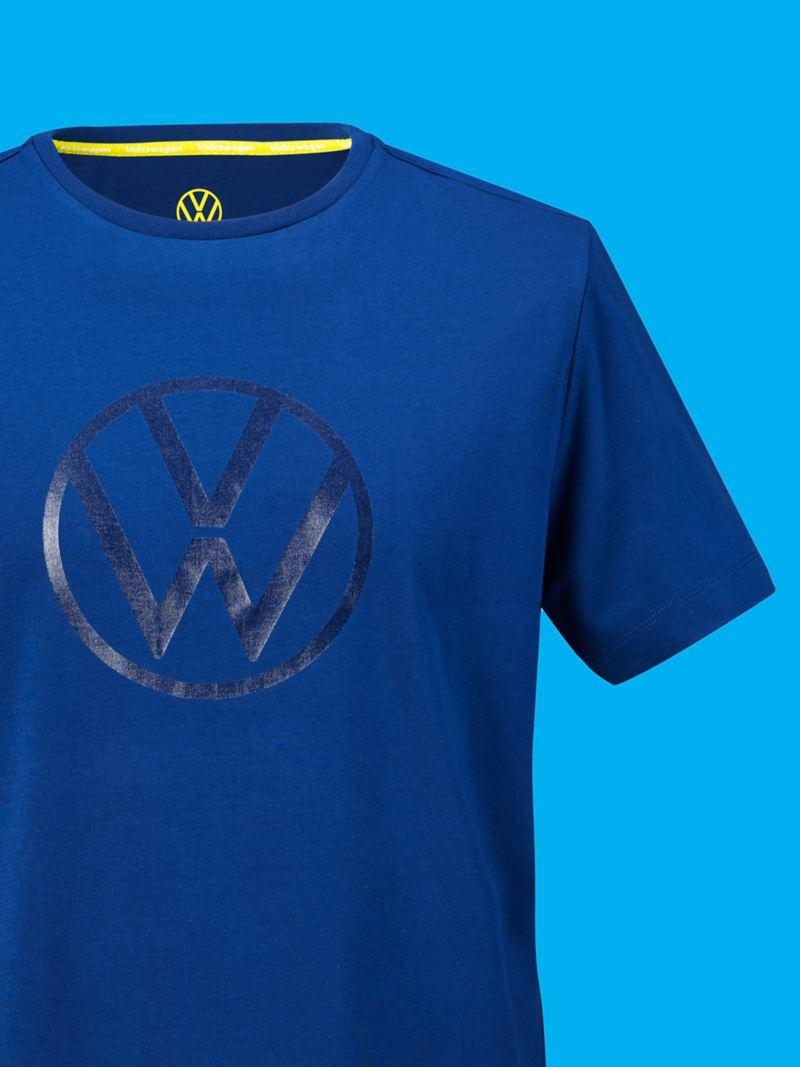 Un t-shirt bleu de la collection New Volkswagen avec un imprimé VW brillant et le logo VW