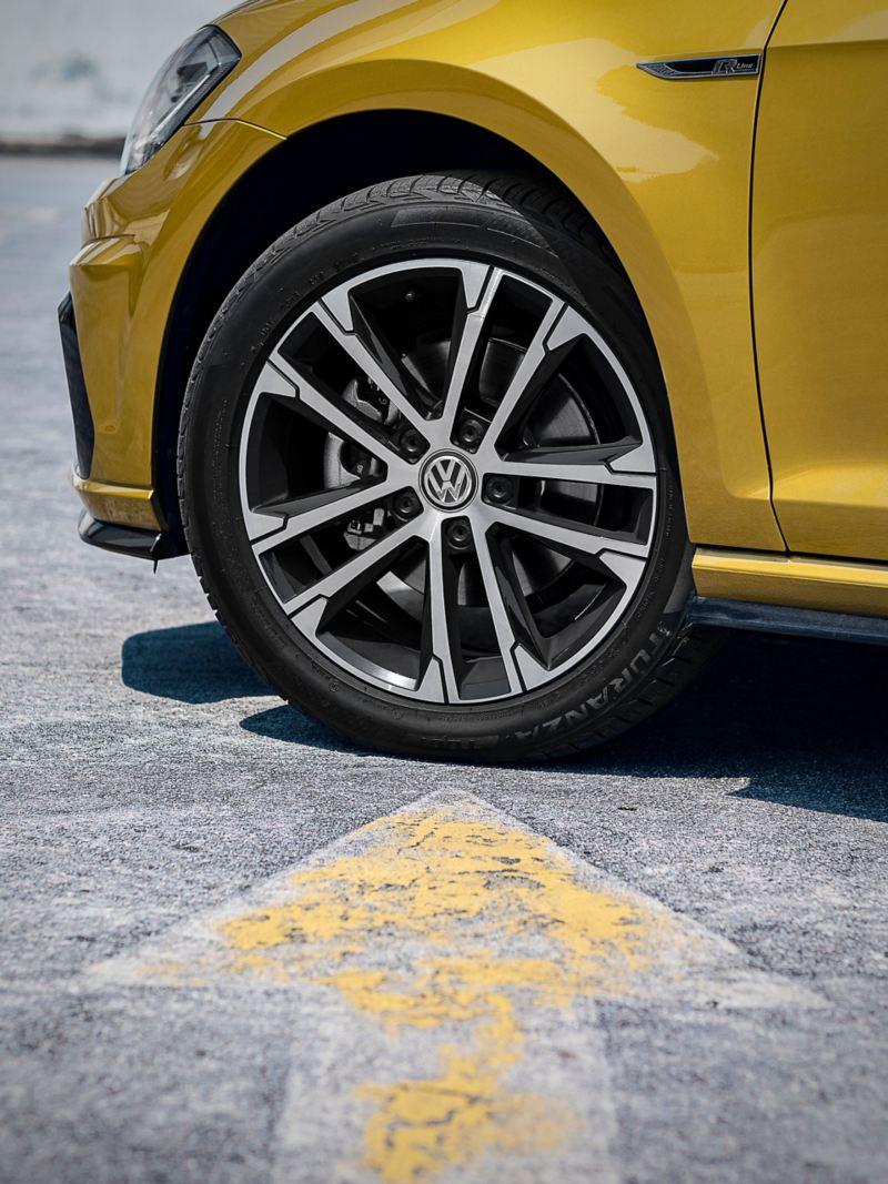Pneu et jante VW sur une voiture jaune