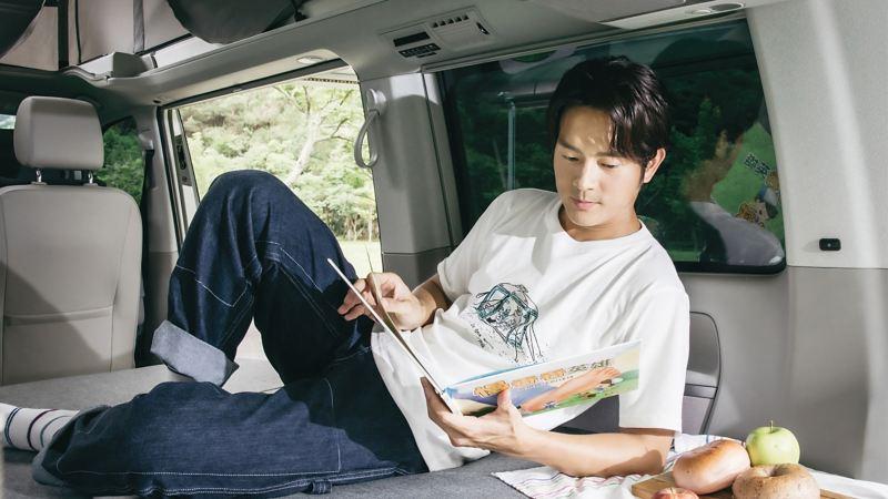 宥勝躺在車內看故事書