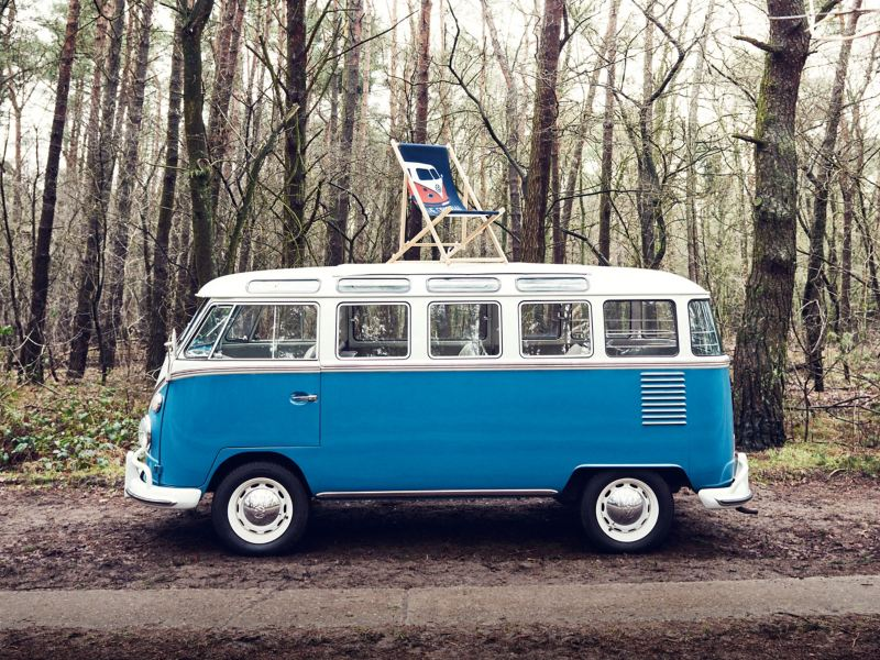 Lounger from the Commercial Vehicle Collection on a blue VW T1 in outdoor surroundings
