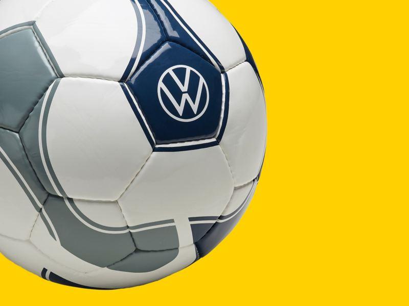 Un ballon de football de la collection New Volkswagen avec le nouveau logo VW – Produits dérivés pour les fans de VW