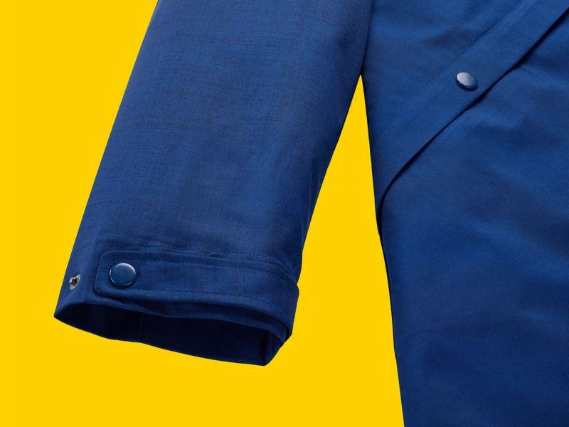 La manche d'une parka bleue pour homme de la collection New Volkswagen avec fermeture à boutons de la même couleur