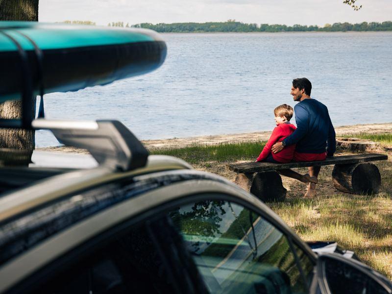 Une famille en excursion dans la nature
