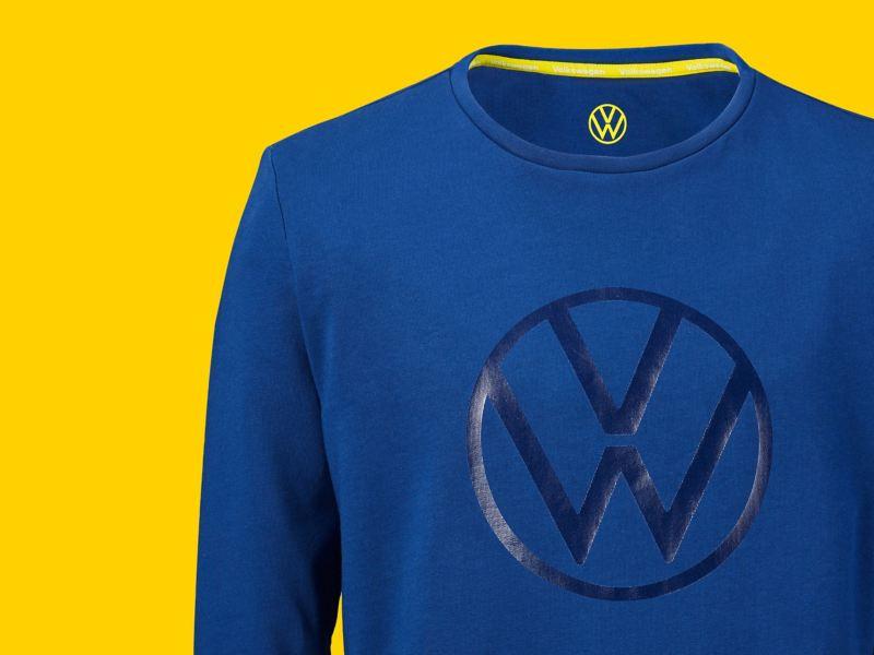 Un pull d'un bleu éclatant de la collection New Volkswagen avec un imprimé VW brillant et le logo VW