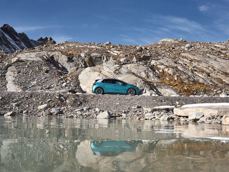Eine Frau steht vor dem Economy Service, ein VW Servicemitarbeiter schaut sich den schwarzen Volkswagen Golf an – Service für VW älter als vier Jahre