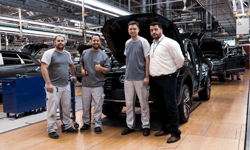 Trauffer in der VW Fabrik mit den Angestellten