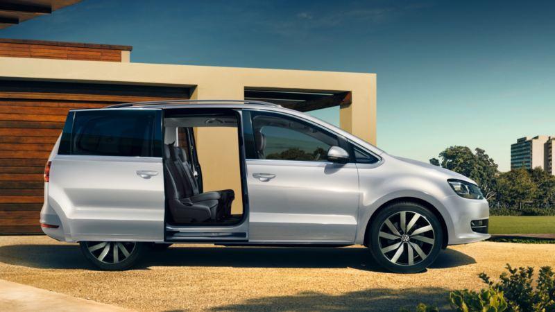 Vista lateral de un Volkswagen Sharan con las puertas correderas abiertas