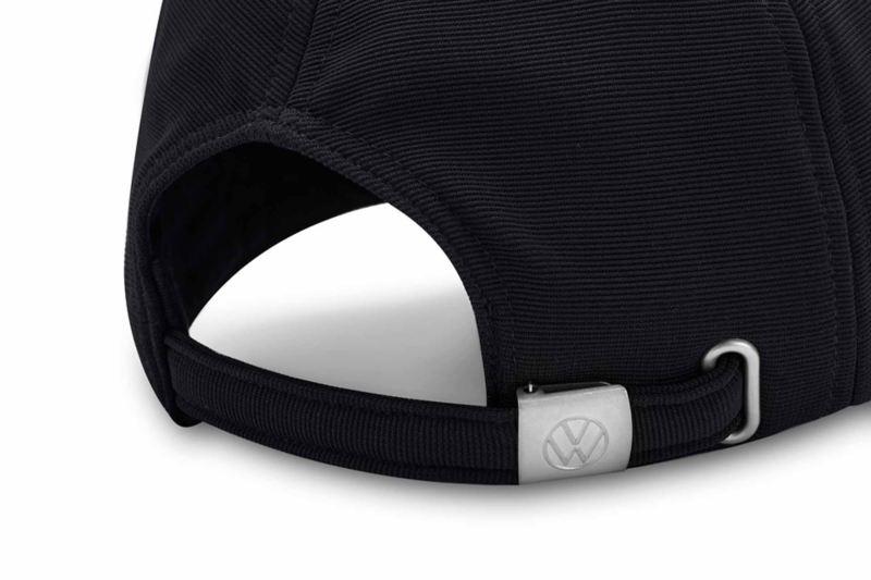Dettaglio sulla fibbia posteriore con badge VW del cappellino originale Volkswagen.