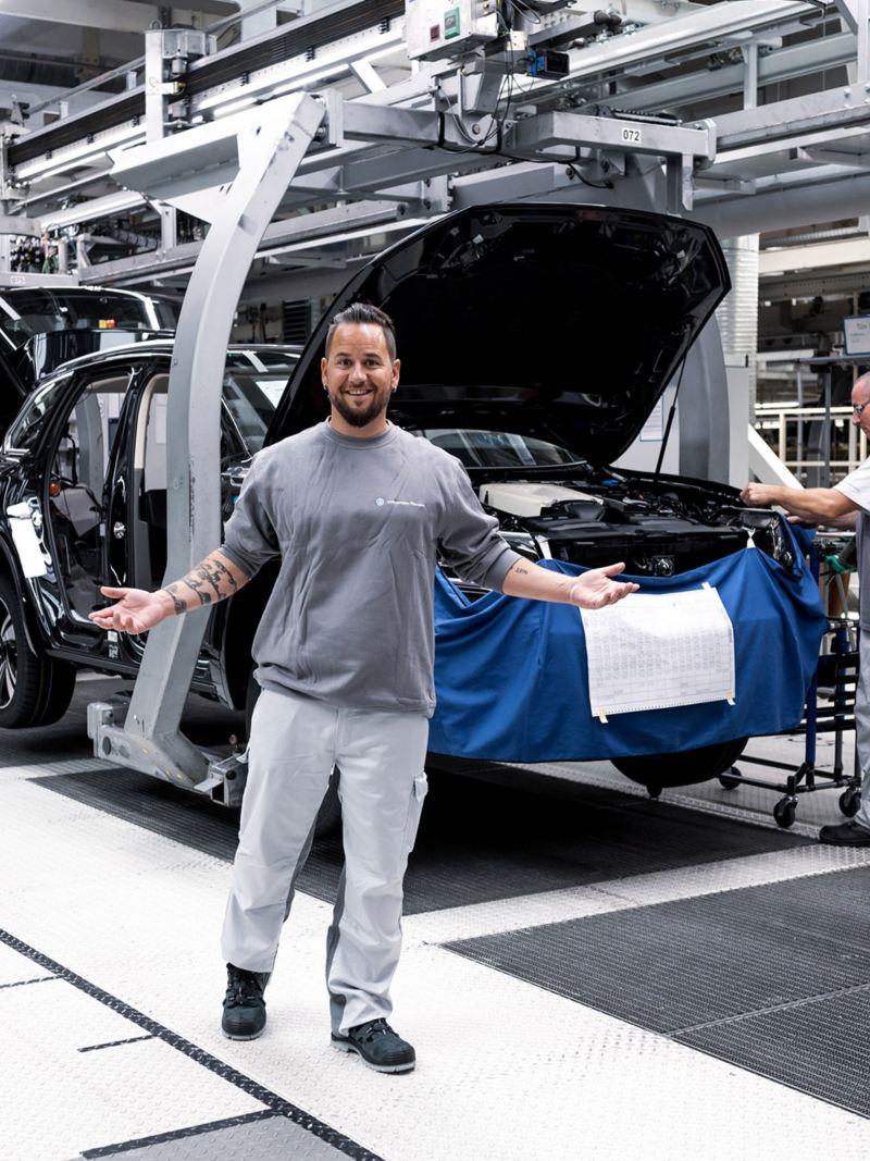 Trauffer steht vor seinem Touareg in der Fabrik