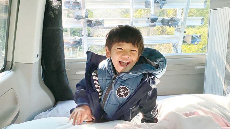 宥勝兒子躺在車床上開心的笑著