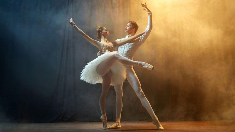 Zwei Balletttänzer auf der Bühne